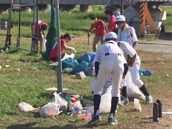 淀川花火大会後の河川敷の片づけと掃除に参加しました
